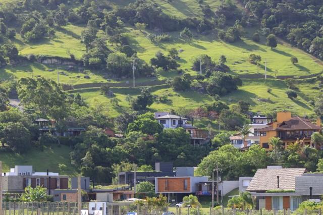 O verde pode ser o elemento que conecta a cidade, que atenua a rigidez da malha urbana e o  volume dos prédios.