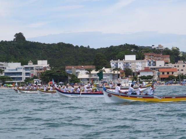 Canoas de Garopaba vencem corrida de canoa a remo em Bombinhas