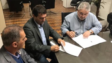 Prefeito assina convênio de R$ 400 mil para pavimentação da rodovia Adílio Inácio de Abreu na Costa do Macacú